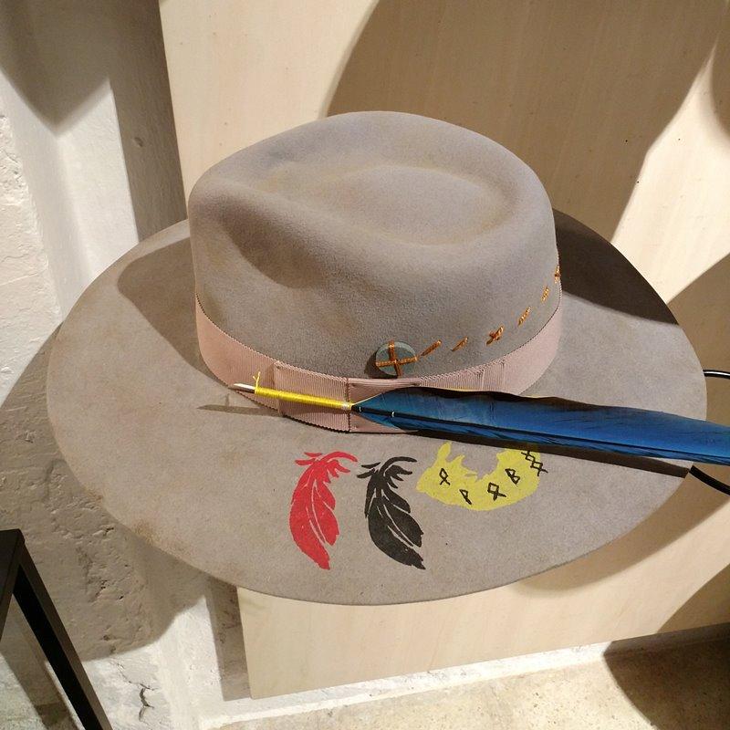sombrero con pluma - customtizacion y reparacion de sombreros en Barretaddictes Barcelona