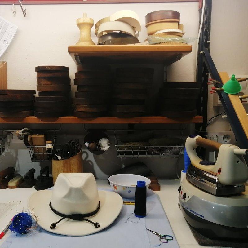 Taller de sombreros de Sombrereria Mil- customtizacion y reparacion de sombreros en Barretaddictes Barcelona